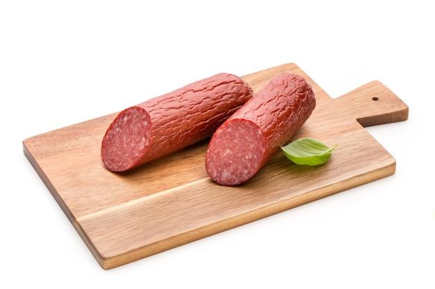 Salami geräucherte wurst, basilikumblätter isoliert