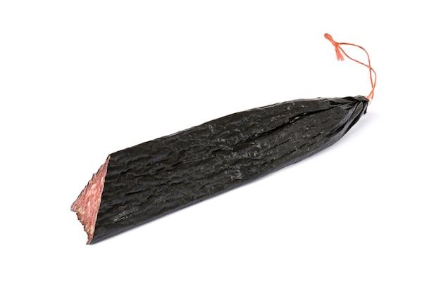 Salami getrennt auf weiß. ein stück leckere wurst