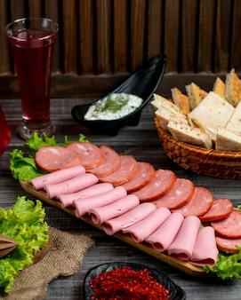 Salami-platte mit peperoni und salami