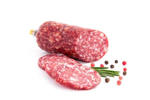 Salami rauchte die wurst, rosmarinniederlassung und pfeffer, lokalisiert auf weißem ausschnitt
