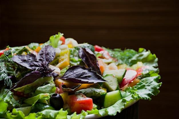 Salami, schinken-käse-salat und gemüse. auspressen von wurst und wurstwaren auf einem festlichen tisch.