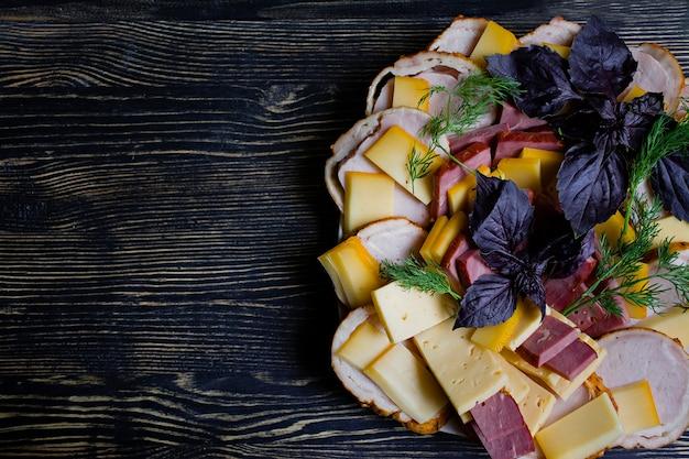 Salami, schinken-käse-salat und gemüse.