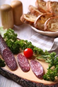 Salamiwürste auf einem holzbrett