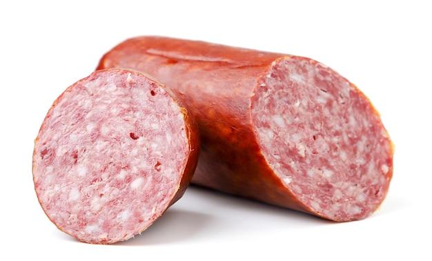 Salamiwurst in scheiben geschnitten nahaufnahme auf einem weißen teller. isoliert