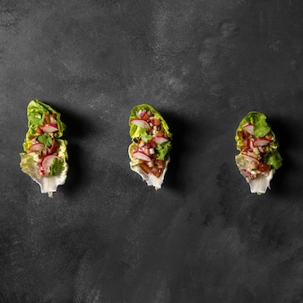 Salat auf brotscheiben