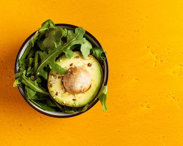 Salat aus avocado, rucola, sesam. gesunde ernährung. vegetarische gerichte.