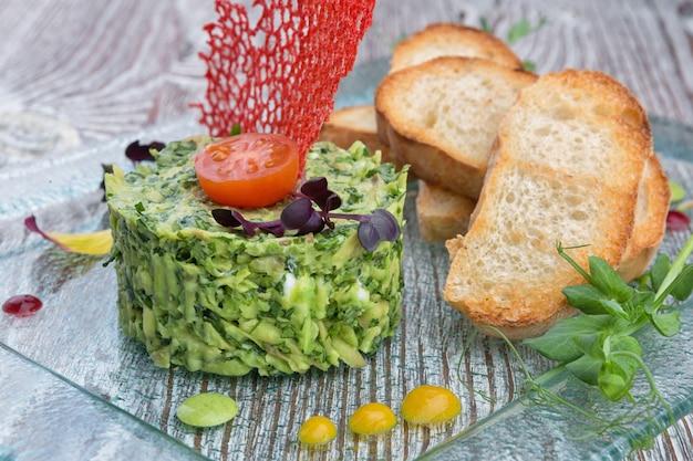 Salat aus avocado und gurke mit toast