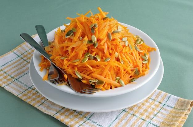 Salat aus frischem kürbis und karotte mit kürbiskernen