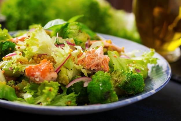 Salat aus gedünstetem fischlachs, brokkoli, salat und dressing. fischmenü. diätmenü. meeresfrüchte - lachs.