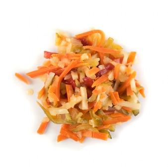 Salat aus gehacktem eingelegtem gemüse gemischt mit öl und essig. gesunde fermentierte lebensmittel isoliert draufsicht