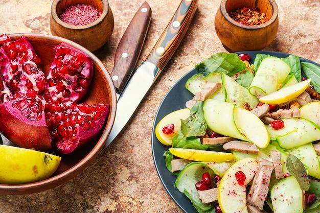 Salat aus gemüse, obst und fleischzunge. diätkost.