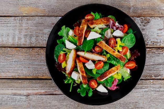 Salat aus gemüse und hühnchen
