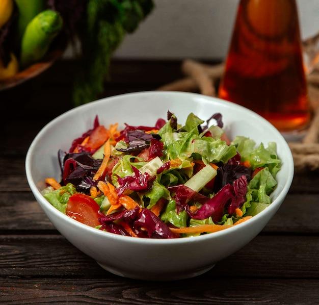 Salat aus gemüsekohl und salat auf einem tablett