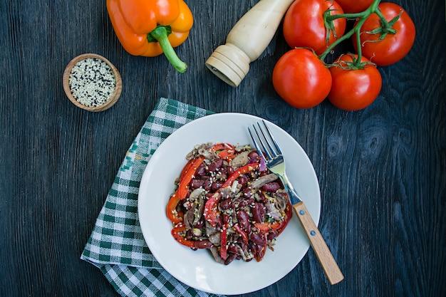 Salat aus rindfleisch und bohnen