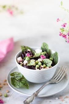Salat aus rüben, käse, erbsen und pinienkernen.