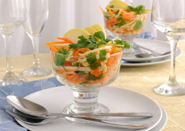Salat aus selleriewurzel und -blatt, karotte und apfel