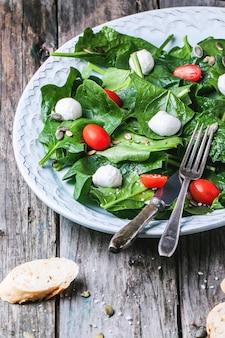 Salat aus spinat, tomaten und mozzarella