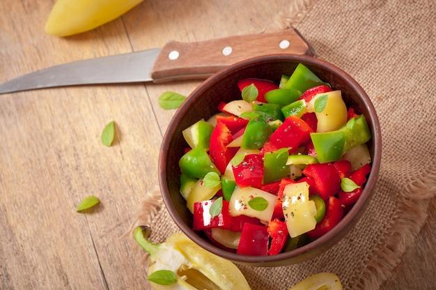 Salat aus süßen bunten paprika mit olivenöl
