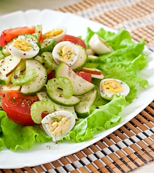 Salat aus tomaten, gurken und wachteleiern