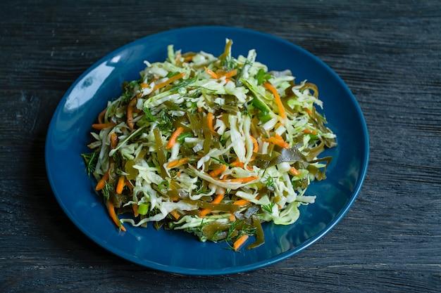 Salat aus weißkohl, grünkohl und frischen möhren, gewürzt mit olivenöl