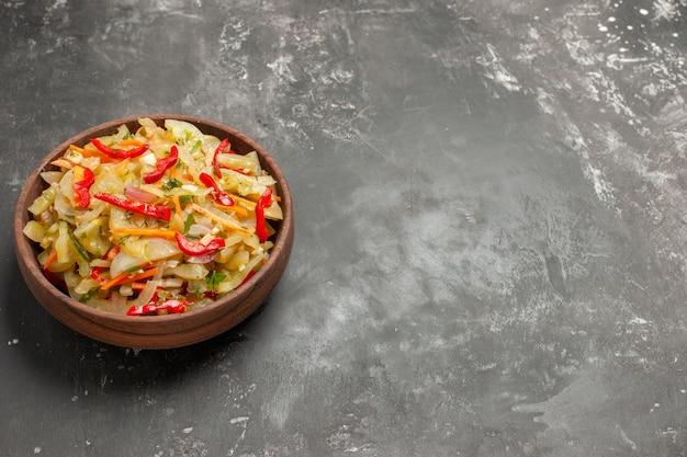 Salat braune schüssel gemüsesalat auf dem tisch