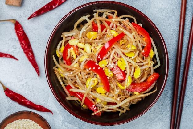Salat der sojabohnensprösslinge (sämlinge)