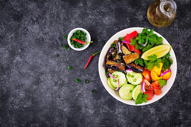 Salat frisch mit rohem gemüse und olivenöl