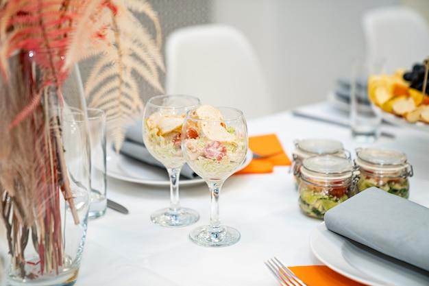 Salat im glas. bequemes servieren des buffettisches. gastronomie.