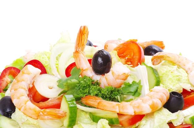 Salat im teller auf weiß