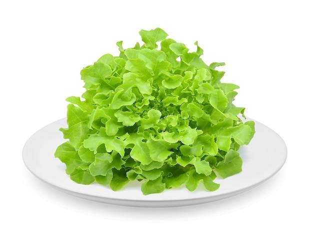 Salat in einem teller isoliert auf weißem hintergrund