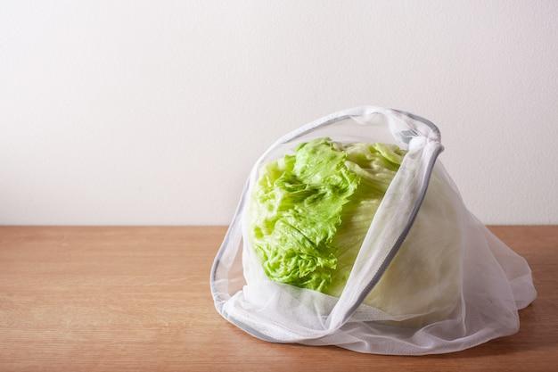 Salat in wiederverwendbarer nylontasche aus mesh, kunststofffreies konzept ohne abfall