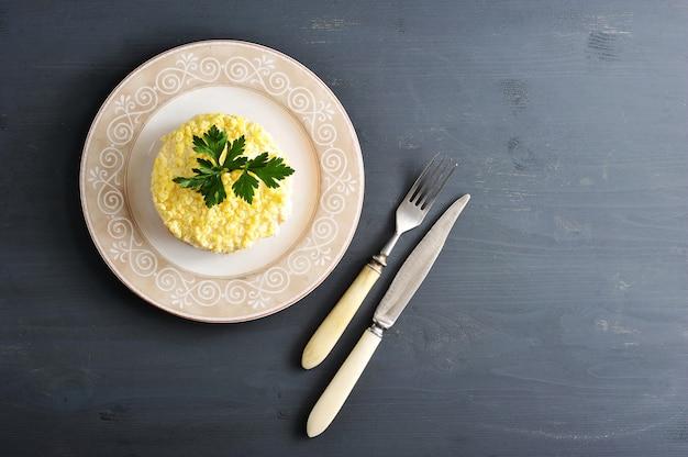 Salat mimosa mit fisch, karotten und eiern