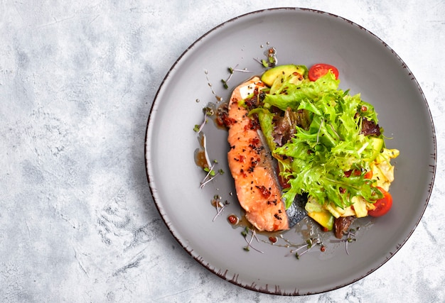 Salat mit avocado und lachs auf hellem hintergrund