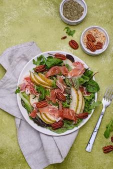 Salat mit birnenschinken und nüssen
