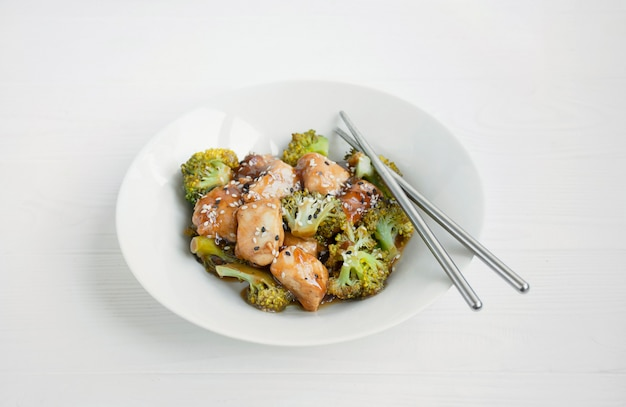 Salat mit brokkoli und hühnchen