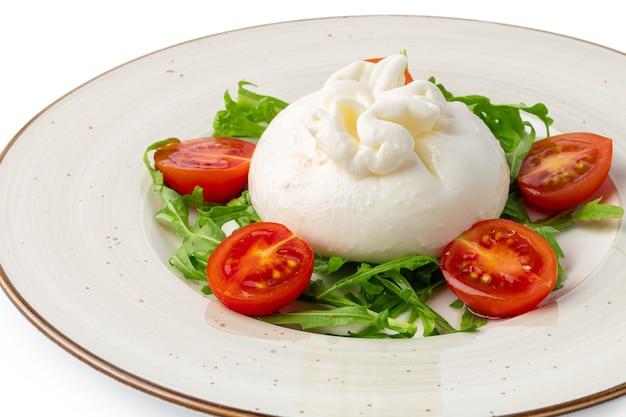 Salat mit burrata-käse und kirschtomaten, isoliert auf weiss