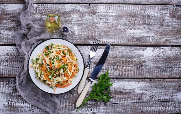 Salat mit chinakohl und karotte