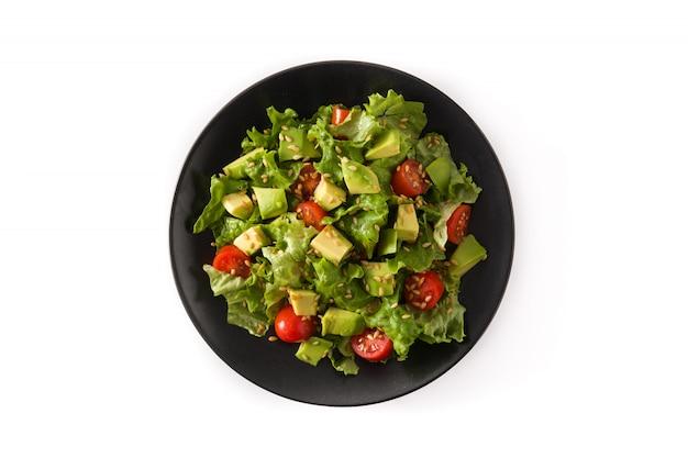 Salat mit der avocado, kopfsalat, tomate, leinsamen lokalisiert auf draufsicht der weißen oberfläche