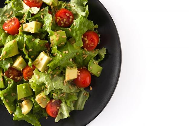 Salat mit der avocado, kopfsalat, tomate, leinsamen lokalisiert auf draufsicht des weißen hintergrundes kopienraum