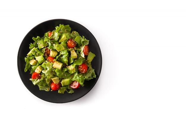 Salat mit der avocado, kopfsalat, tomate, leinsamen lokalisiert auf weißem draufsichtkopienraum der oberfläche
