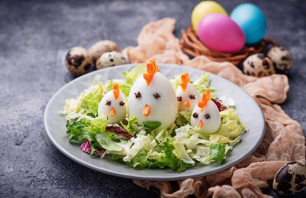 Salat mit eiern in form von hühnern. festliches essen.