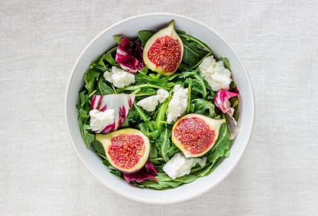 Salat mit feigen, käse und honig