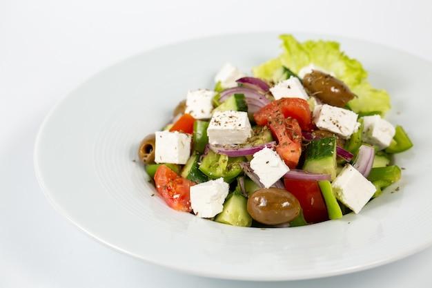 Salat mit feta-käse-oliven und frischem gemüse