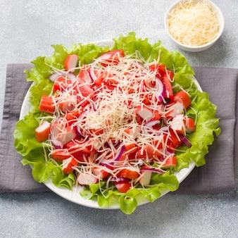 Salat mit fleisch, tomaten und käse