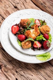 Salat mit fleisch und erdbeeren