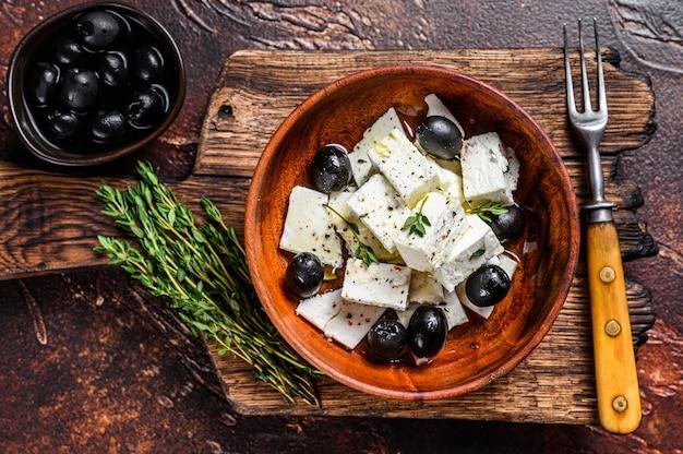 Salat mit frischem feta, thymian und oliven. draufsicht.