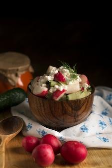 Salat mit frischem gemüse und quark