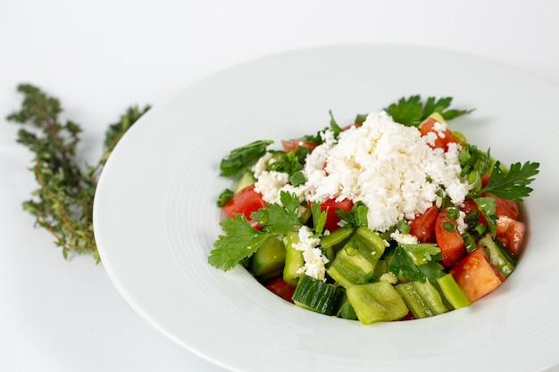 Salat mit frischem tomatengemüse und weißkäse