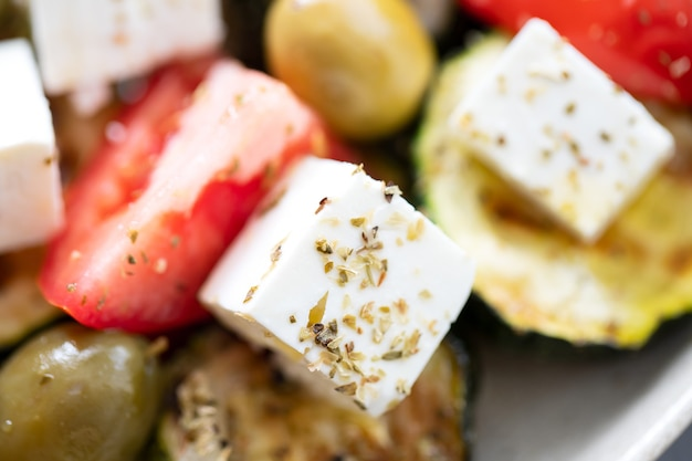 Salat mit frischem und gegrilltem gemüse und frischkäse