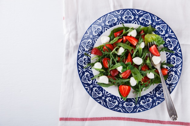Salat mit frischen erdbeeren
